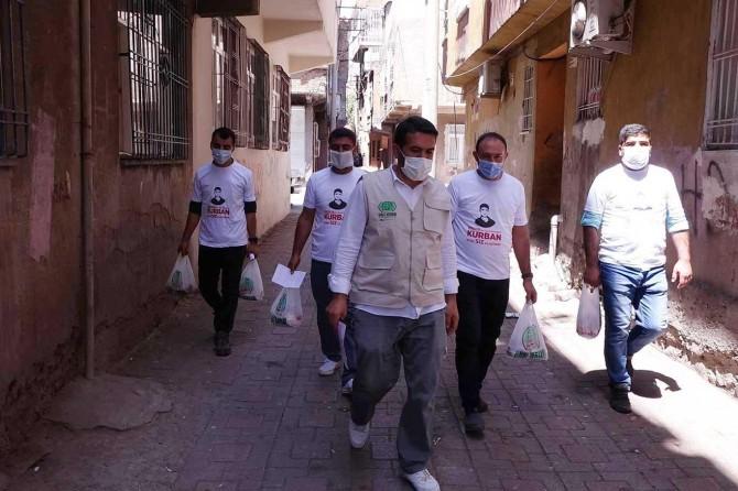 Umut Kervanı Diyarbakır'da kurban eti dağıttı