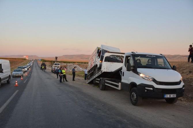 Batman'da kamyonet ile otomobil çarpıştı: 1 ölü, 4 yaralı