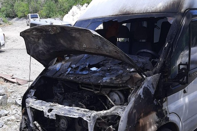 Köy muhtarının minibüsünün kundaklandığı iddia edildi