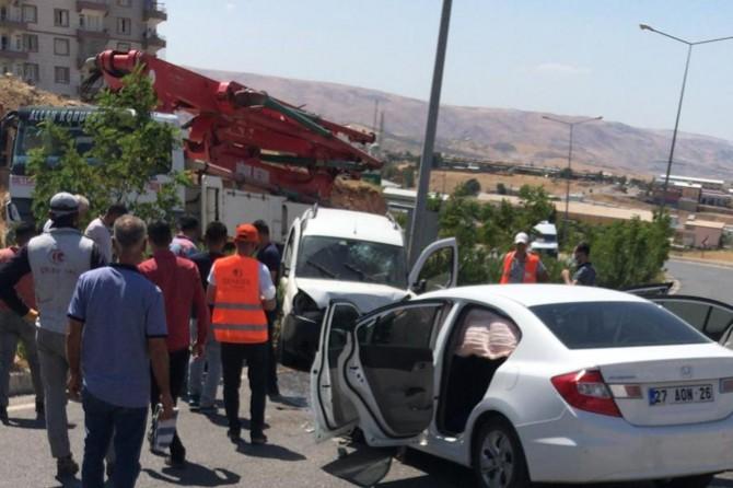Siirt-Kurtalan Karayolu'nda hafif ticari araç ile otomobil çarpıştı: 4 yaralı