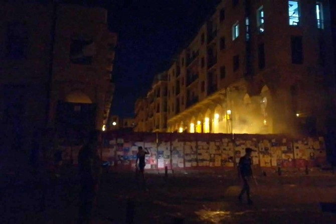 Beyrut'taki patlamayı protesto eden göstericiler parlamento binasına girmeye çalıştı