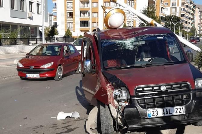 Malatya'da sürücüsünün direksiyon hakimiyetini kaybettiği araç direğe çarparak durdu