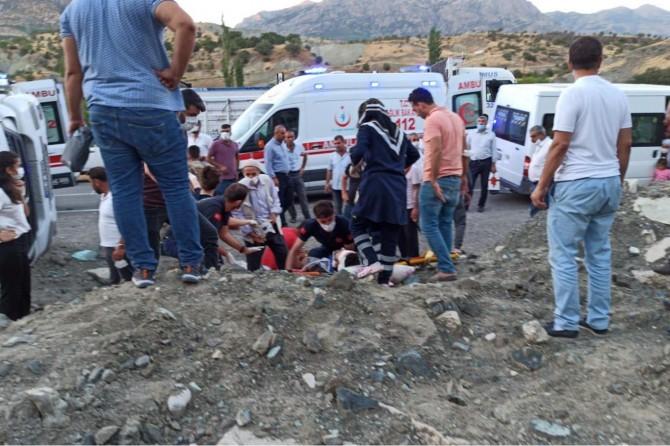 Baykan'da koyun yüklü TIR devrildi: 3 yaralı