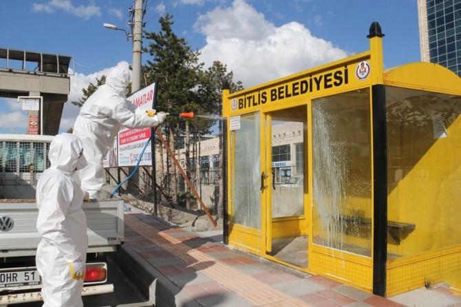 Bitlis Belediyesi ekipleri Covid-19'a karşı otobüs durakları dezenfekte etti