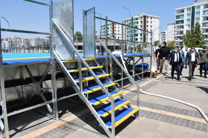Bağlar Belediyesi, çocuklar için parkın içinde estetik yüzme havuzu yaptı