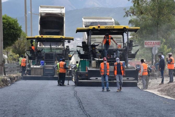 Tatvan Cumhuriyet Caddesi'nde sıcak asfalt serimi başladı