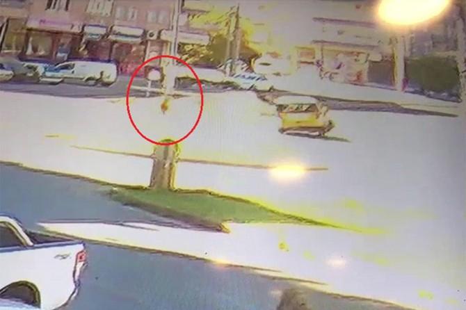 Diyarbakır Alipınar Caddesinde yol kenarında ilerleyen çocuk, kazadan kıl payı kurtuldu