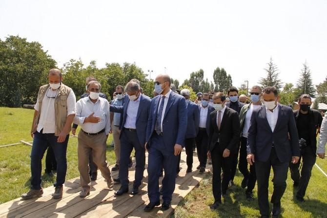 Bakan yardımcıları ve Bilal Erdoğan Ahlat'ta incelemelerde bulundu