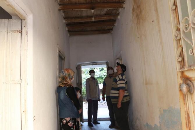 Harabe evde yaşamak zorunda kalan muhtaç aile hayırseverlerden yardım bekliyor