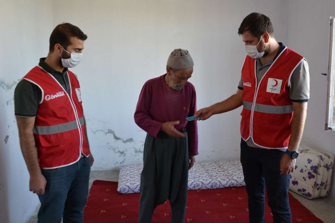 Diyarbakır Kızılay'ı DEDAŞ mağduru yaşlı çifte yardım ulaştırdı