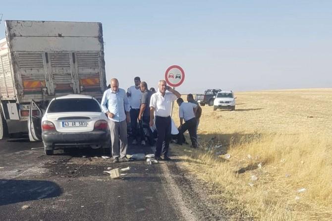 Diyarbakır-Hani yolunda hızını alamayan otomobil kamyonun altında kaldı