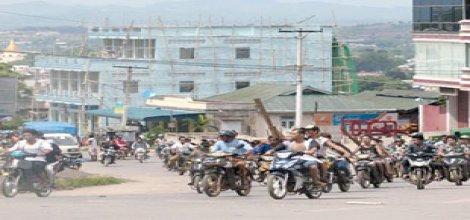 Motosiklet ve palalarla  Müslümanlara saldırıyorlar