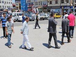 ''Yürüyen Adam'' ile duran adamı protesto ettiler