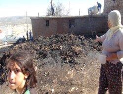 Elektrik tellerinden çıkan kıvılcım üç evi yaktı