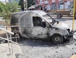 PKK'liler Hani'de bir aracı ateşe verdi