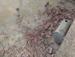 Fırtına Çınar'da duvarları yıktı