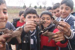 Köy çocuklarının çamur ve taşlarla eğlenceli oyunu