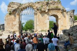 Anavarza Antik Kent kazısı ziyaretçilere açıldı
