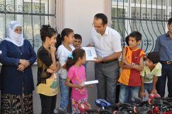 Hazro'da yetim çocuklara bisiklet dağtıldı