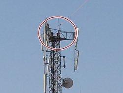 Çınar'da 50 metrelik direğe çıkan şahıs 16 saattir inmiyor