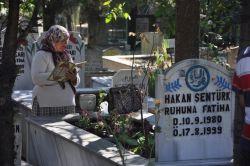 Depremde kaybedilenler mezarları başında anıldı