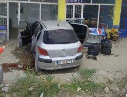 Yoldan çıkan araç dükkanın duvarına çarptı