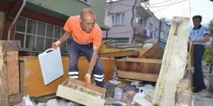 Bursa Yıldırım'da bir evde 5 ton çöp çıkarıldı