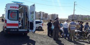 Diyarbakır'da kamyonun sıkıştırdığı otomobil motosiklete çarptı
