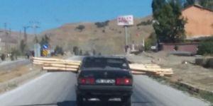 Otomobile kalas yükleyip trafiğe çıktı