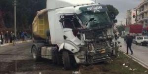 Manisa Akhisar'da TIR otobüse çarptı: 28 yaralı