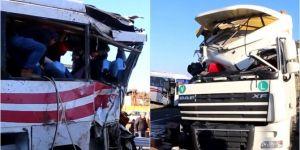 TIR ile yolcu minibüsü çarpıştı: 1'i ağır 20 yaralı