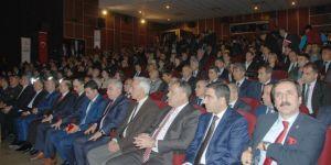 Mehmet Akif şiirlerinde devlet adamlarını övmemiştir