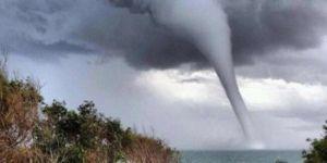 Kasırga nedeniyle binlerce ev elektriksiz kaldı
