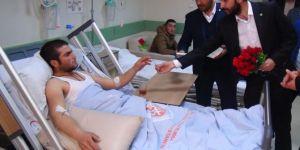 Hastalara karanfil ve kitap hediye edildi