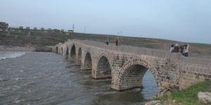 Baharın gelişiyle tarihi Murat Köprüsü şenlendi