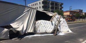 Diyarbakır Çarıklı'da plastik madde yüklü TIR devrildi