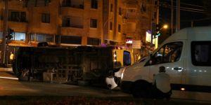 Diyarbakır Şehitlik'te hızını alamayan minibüs devrildi
