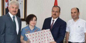 Görme engelli LYS birincisi valiyi ziyaret etti