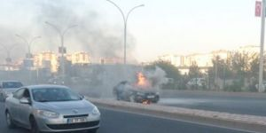Diyarbakır'da seyir halindeki otomobil alev aldı video foto