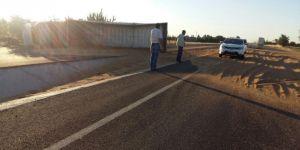 Diyarbakır Ergani'de buğday yüklü kamyon devrildi