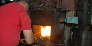 Diyarbakır'da yaz sıcağında demir dövüyorlar