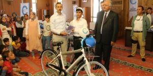 Van'da öğrencilere bisiklet ve Kur'an hediye edildi