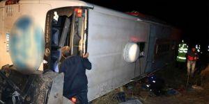 Yolcu otobüsü devrildi: 3 ölü 43 yaralı