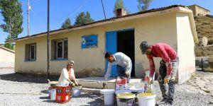 Van'da okul onarımına öğretmenler de gönüllü olarak destek veriyor