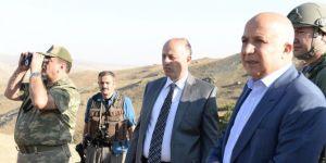 Erzurum Valisi Seyfettin Azizoğlu operasyon bölgesinde askerden bilgi aldı