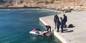 Bitlis Adilcevaz'da Van Gölüne atlayarak intihar etmek isteyen genç son anda kurtarıldı