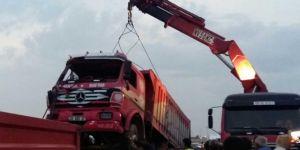 Çınar Beşpınar yakınlarında kontrolden çıkan kamyon yan yattı