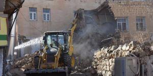 Mardin Derik'te madde bağımlılarının mekânı haline gelen 83 metruk ev yıktırıldı