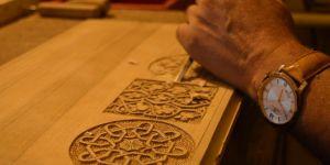Selçuklu ve Osmanlı dönemine ait motifleri titizlikle ahşaba işliyor