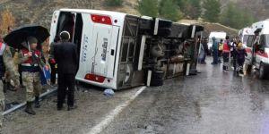Yolcu midibüsü devrildi: 2 ölü 15 yaralı